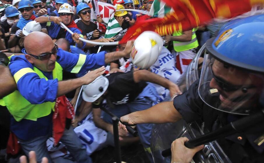 scontri a roma tra manifestanti e polizia