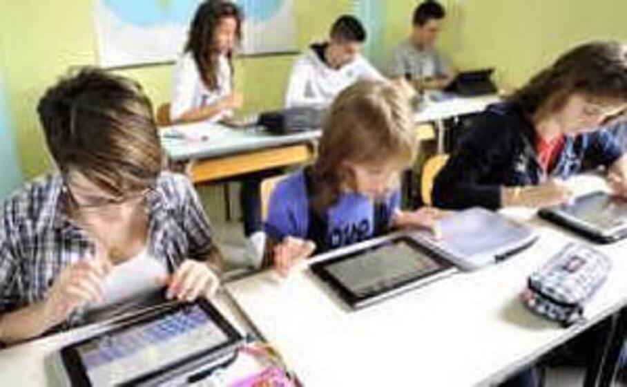 ragazzi a scuola con i tablet