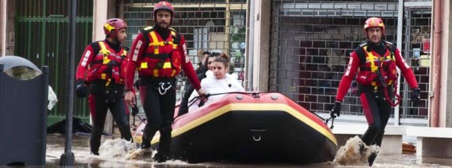 vigili del fuoco impegnati nelle operazioni di salvataggio di alcune vittime dell alluvione