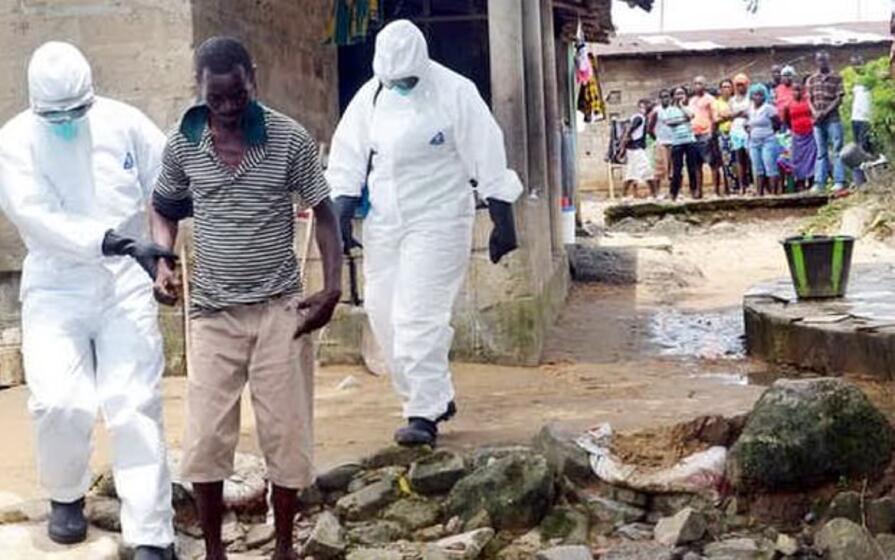 soccorsi sanitari in un villaggio liberiano