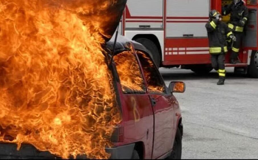 un auto data alle fiamme (immagine simbolo)