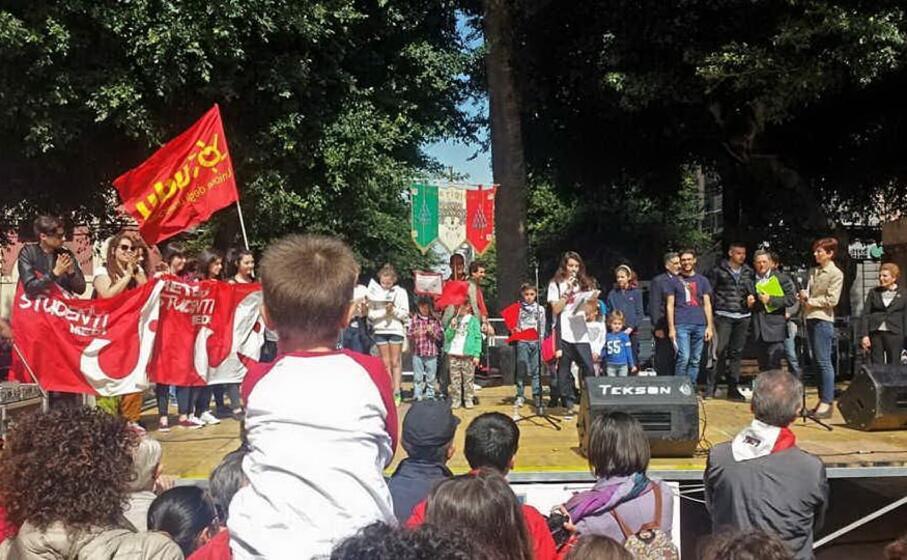 studenti sul palco in piazza del carmine (foto da facebook)