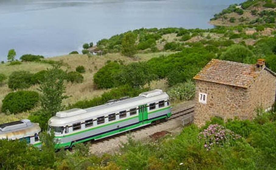 il trenino verde transita davanti a un vecchio casello