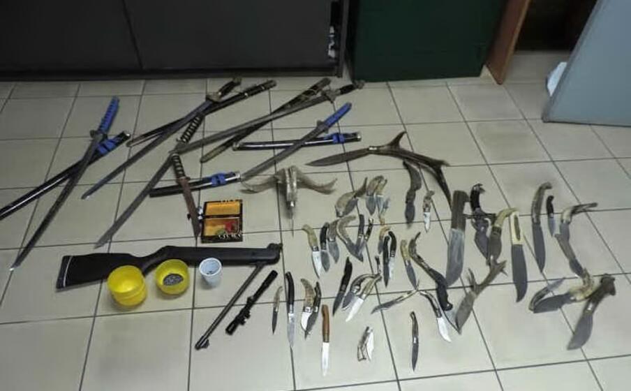 i coltelli e la carabina sequestrati in casa di rais