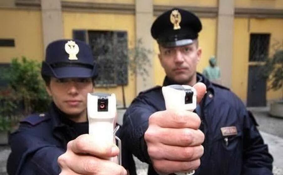 due agenti con lo spray al peperoncino