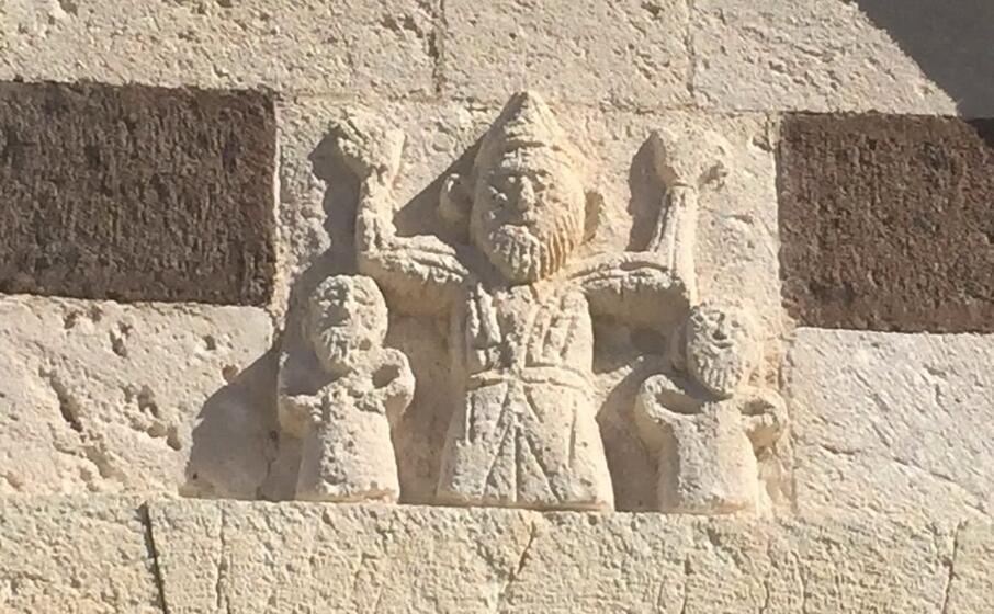 il misterioso bassorilievo della chiesa di san pietro