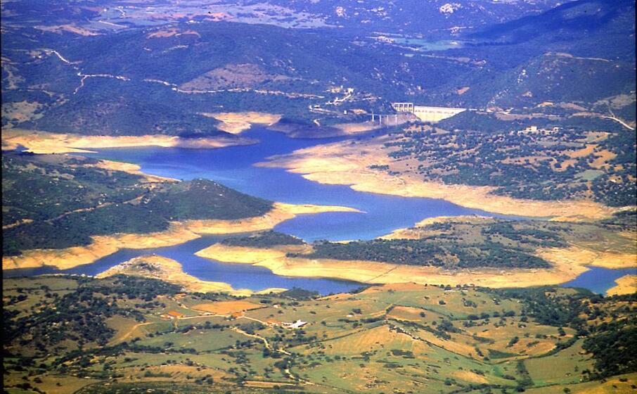 un immagine aerea della diga sul liscia (foto d archivio)