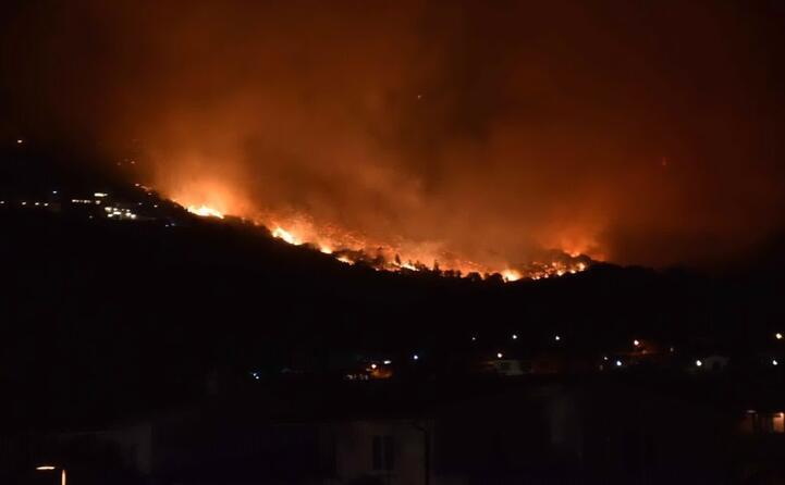 le case minacciate dal fuoco