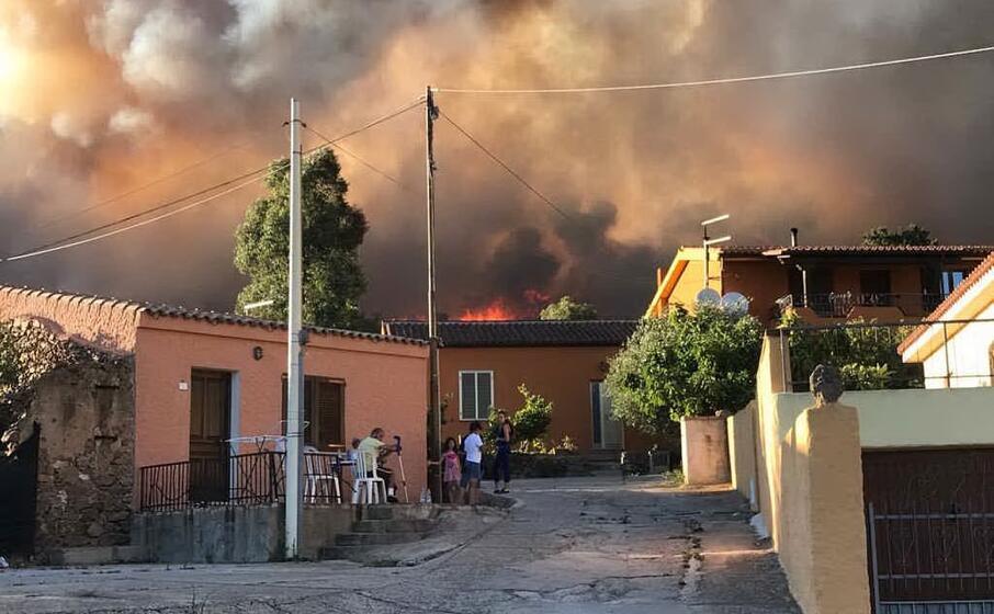 le fiamme nella frazione di birgalav budoni (foto antonio satta)