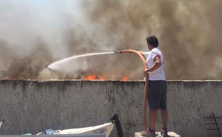 in azione per spegnere le fiamme