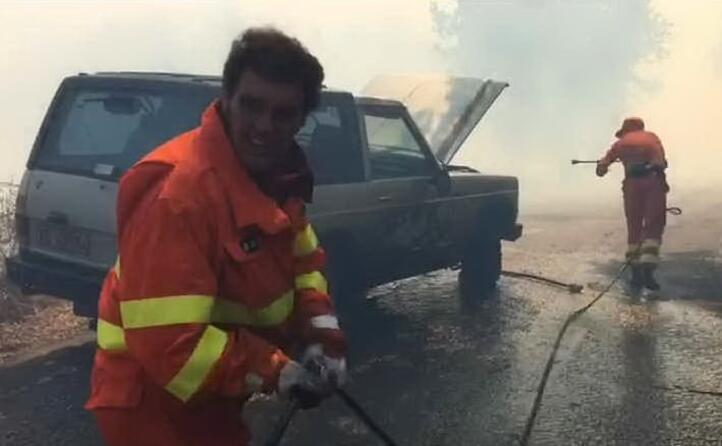 un auto va a fuoco