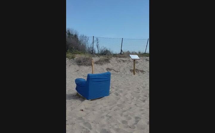 spiaggia di chia qualcuno ha voluto godersi il panorama comodamente seduto in poltrona per poi non l ha portata via ci penser il comune di domusdemaria graziella matta