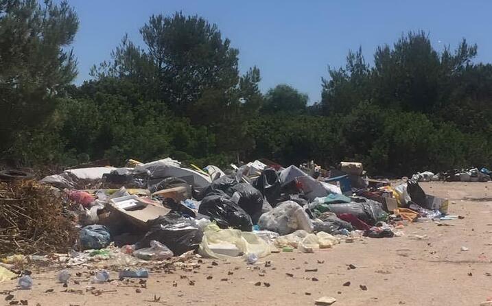 calasetta parcheggi della spiaggia le saline discarica a cielo aperto la foto denuncia di rossella olla (11 06 17)