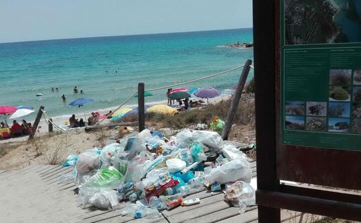 degrado e sporcizia nella bellissima spiaggia di santa giusta costa rei (foto di franco deidda 10 07 2017)