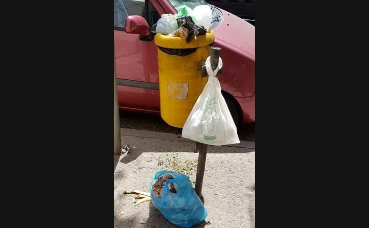 ennesimo caso di maleducazione e non rispetto dei beni comunali ad uso di tutti i cittadini quartu via marconi giulio aramo (03 08 2017)