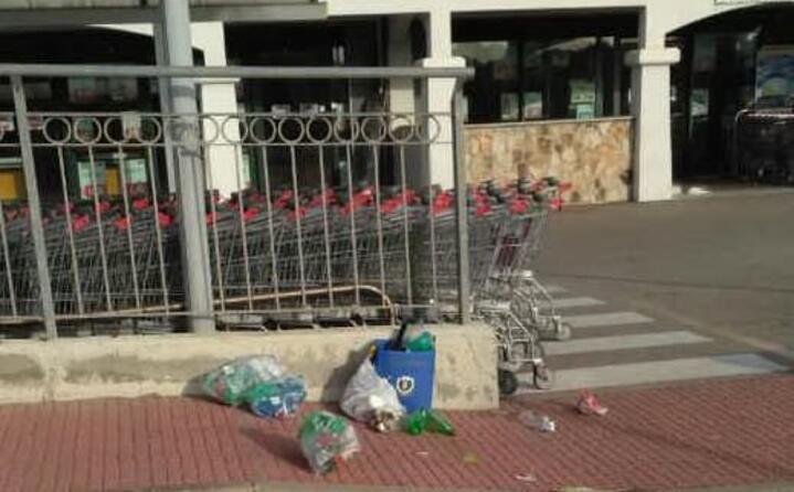 incivili di fronte a un supermercato di santa teresa gallura carlo palombaro (02 08 2017)