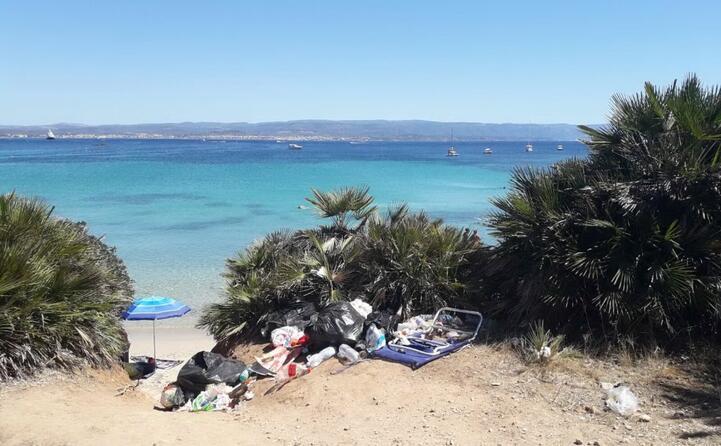la bellezza di alghero nella spiaggia de il lazzaretto rovinata dai soliti sporcaccioni la foto di roberto da settimo (23 08 2017)