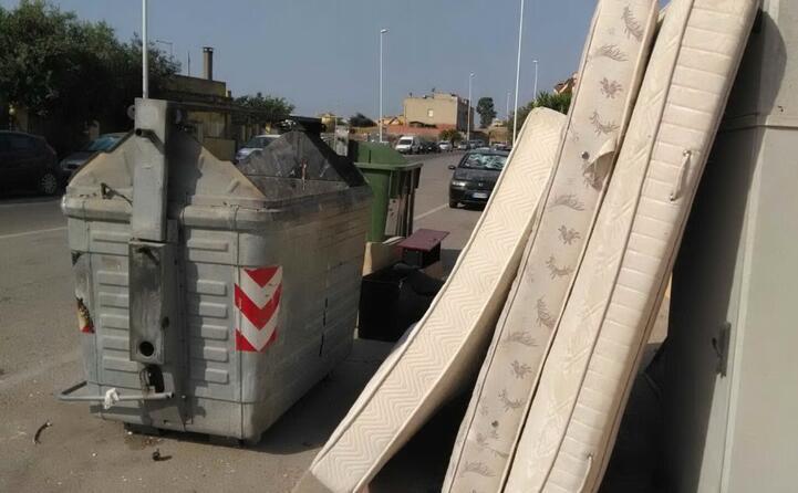 marciapiedi occupati dai rifiuti ingombranti via zedda piras pirri (6 agosto 2017)