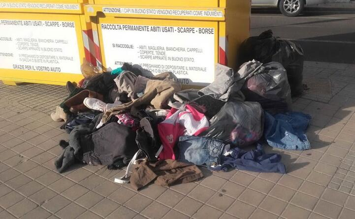 oristano cassonetti gialli per gli indumenti usati in piazza torrente diventata il luogo dove incivili abbandonano ogni tipo di rifiuto angelo chessa (27 07 2017)