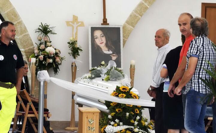 omicidio noemi amici e parenti riuniti a specchia per l ultimo saluto
