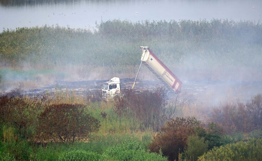i fumi provenienti da molentargius (foto d archivio)