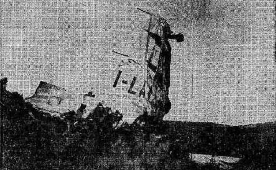 i resti dell aereo conficcati sulla collina