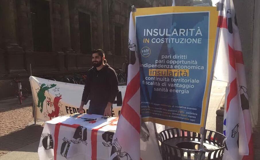 il banchetto allestito in piazza della scala a milano