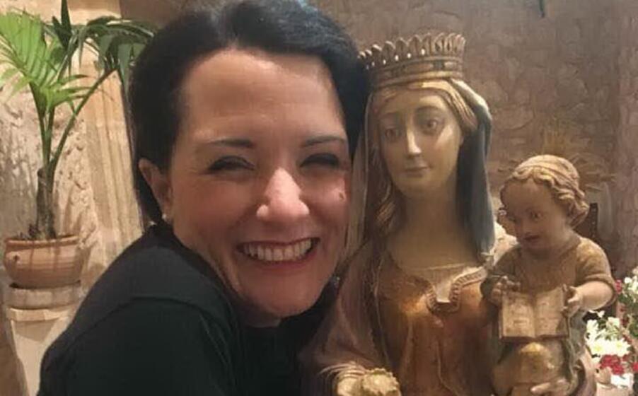 veronica matta con la statua della madonna della panada
