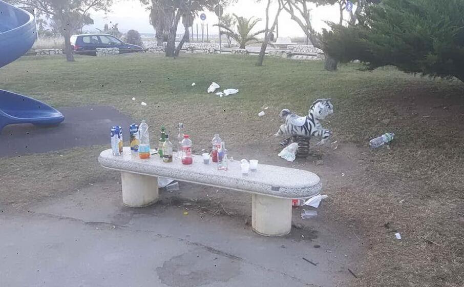 rifiuti nel parco giochi del poetto di quartu