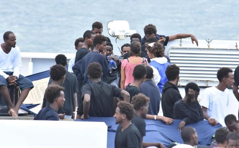 a bordo della nave diciotti (foto ansa)