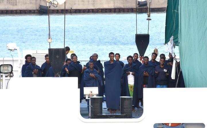 a sbarcare alcune donne e cinque eritrei (foto ansa)