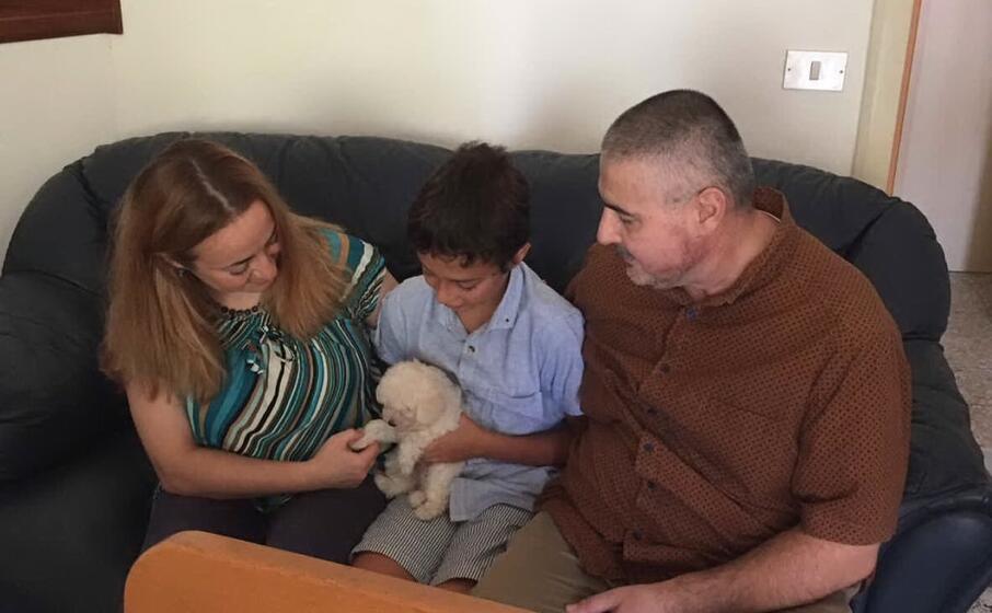 il barboncino glice insieme alla sua nuova famiglia