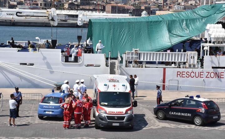 le 16 persone saranno sbarcate per ragioni sanitarie