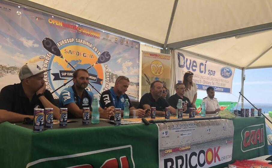 torregrande al via il campionato europeo di sup sulle tavole da surf i migliori atleti