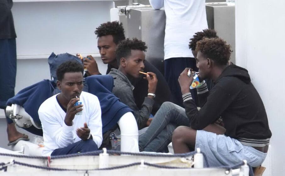 alcuni migranti salvati dalla nave diciotti (foto ansa)