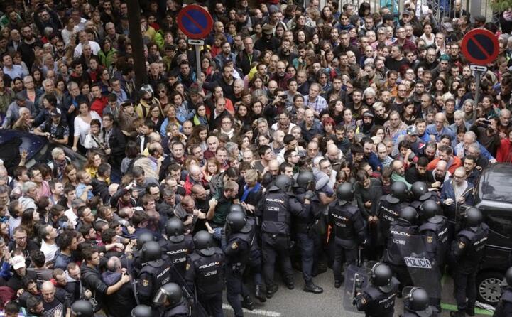 migliaia di persone in piazza a barcellona