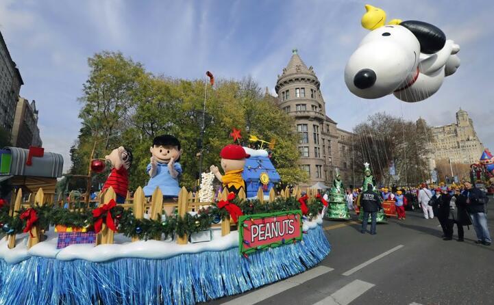 il carro dei peanuts alla festa del ringraziamento negli usa (ansa)