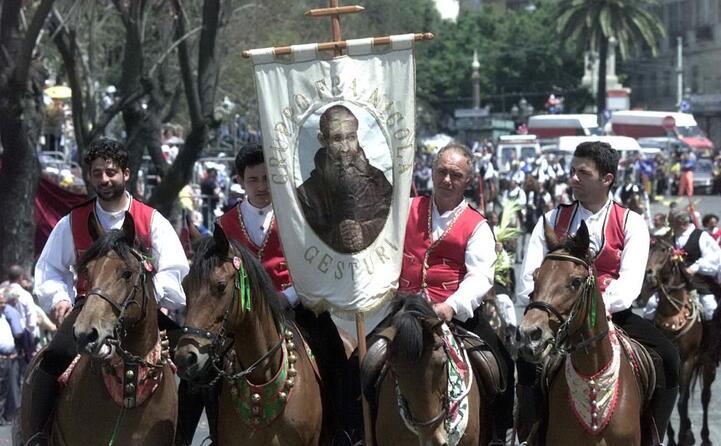lo stendardo di fra nicola alla festa di sant efisio del 2002 (archivio unione sarda)