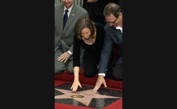 i fratelli michael e laura toccano la sua stella (ansa)