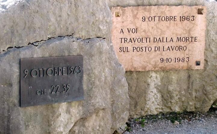 due targhe in memoria delle vittime (ansa)