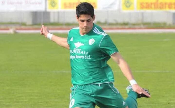 giuseppe mastinu con la maglia dell arzachena ora gioca in serie b con lo spezia (foto facebook del calciatore)