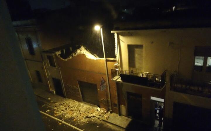il crollo della copertura di una casa a elmas (foto l unione sarda)