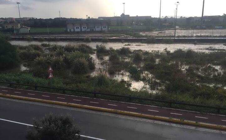 il rio sestu a elmas ingrossato e a rischio esondamento ora sotto controllo (foto l unione sarda)