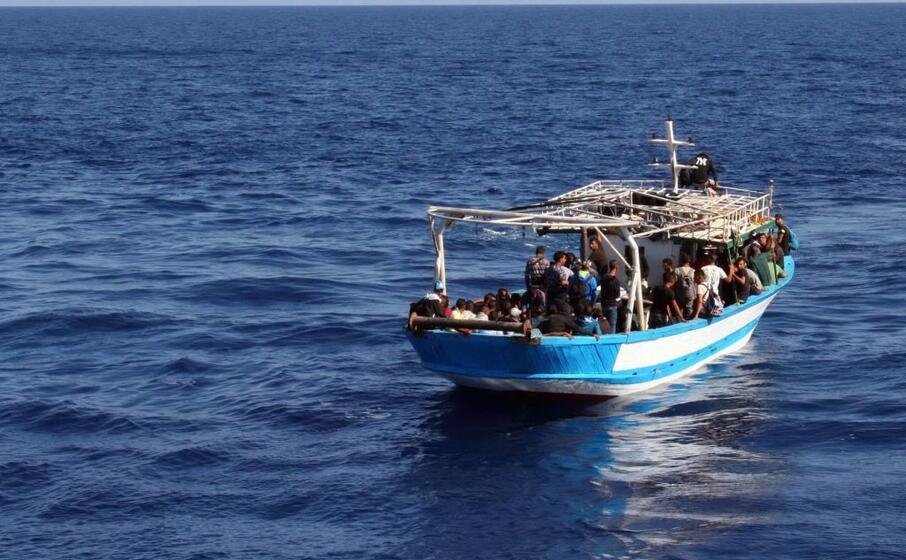 un imbarcazione di migranti (ansa)
