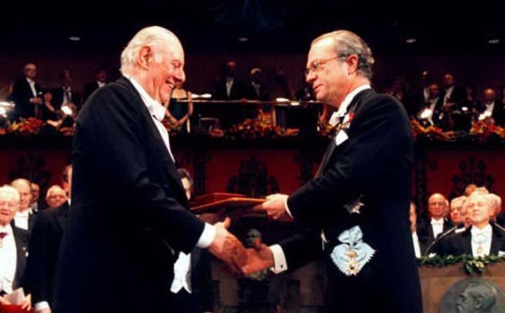 nel 1997 vince il nobel per la letteratura (ansa)