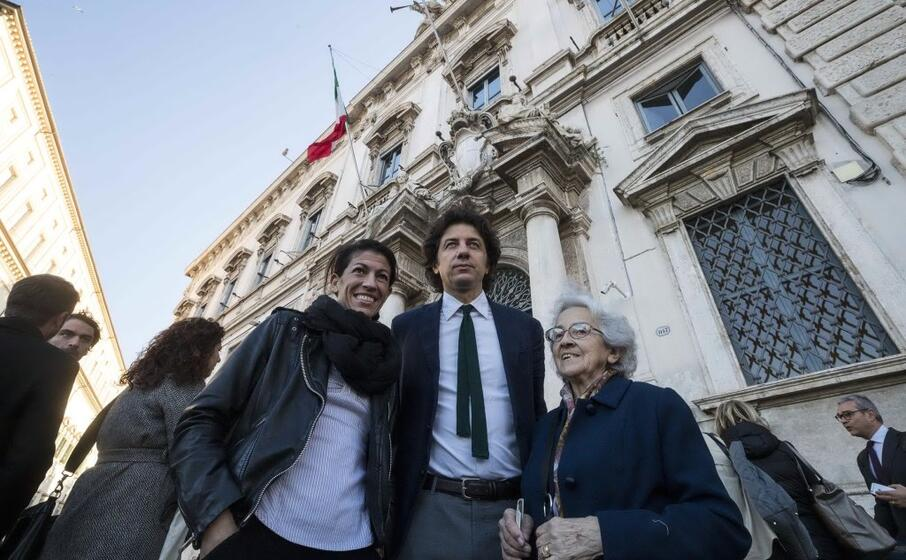 il leader radicale marco cappato con la compagna di dj fabo valeria imbrogno e mina welby davanti al palazzo della consulta (ansa)