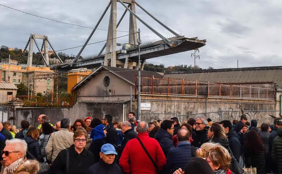 persone nell area del ponte crollato (ansa)