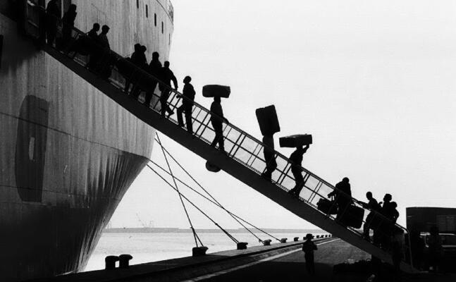 emigranti al porto di cagliari negli anni 70 (archivio l unione sarda)