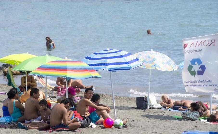 bagnanti in spiaggia a ostia (ansa)