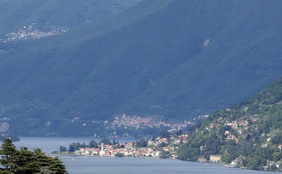 panoramica del lago di como (ansa)